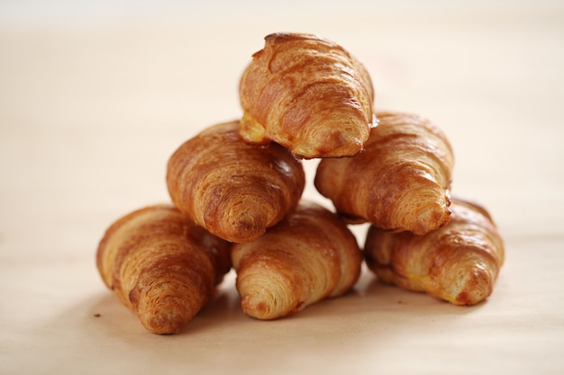 Frische französische hörnchen auf einer tischdecke