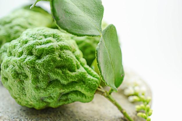 Frische frucht der bergamotte auf hölzernem hintergrund. : natürliches kräuterfutter, spa, haare und körper