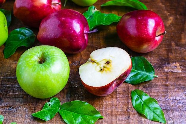 Frische frucht, grüner apfel und roter apfel auf einem hölzernen hintergrund