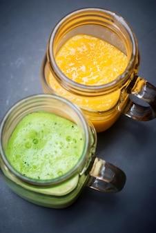 Frische frucht-mango-kiwi juice smoothie glass jar