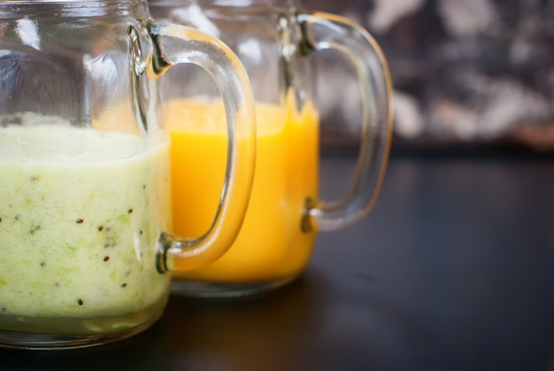 Frische frucht-mango-kiwi juice smoothie glass jar