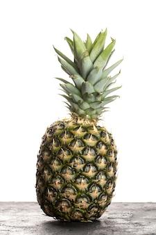 Frische frucht milde perfekte ananas auf weiß