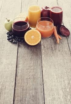 Frische fruchtsäfte und früchte
