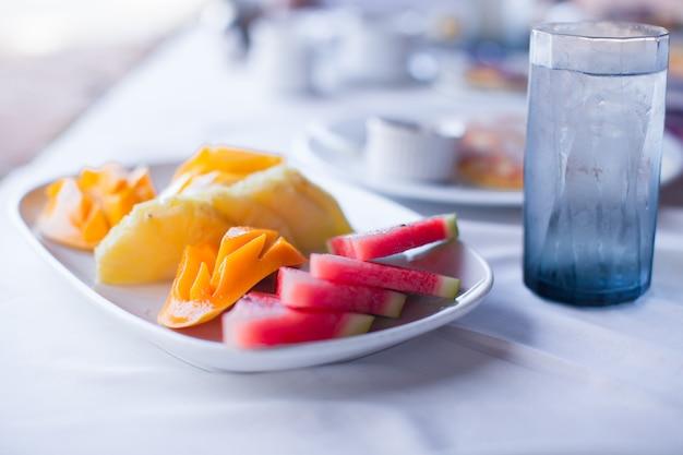 Frische früchte auf dem tisch zum frühstück im hotel