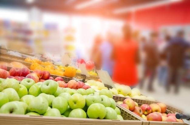 Frische früchte auf regal im supermarkt. ausgewählter fokus