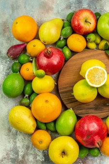 Frische früchte der draufsicht verschiedene reife und ausgereifte früchte auf weißem schreibtisch