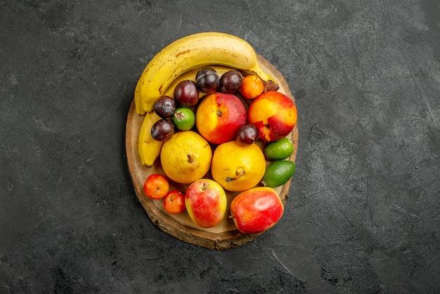 Frische früchte der draufsichtfruchtzusammensetzung auf grauem schreibtisch