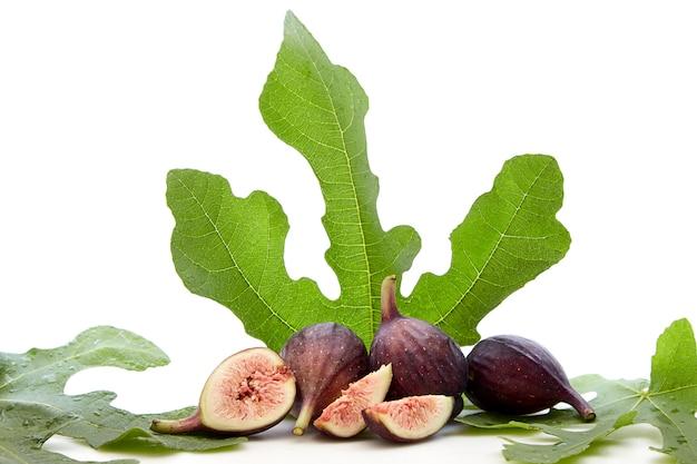 Frische früchte des feigenbaums mit blättern