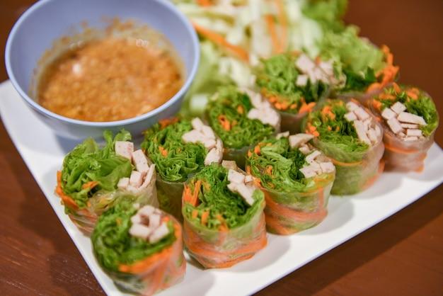 Frische frühlingsrollen mit gemüse und schweinefleisch hausgemacht mit erdnusssauce - thailändisches essen