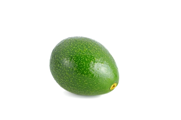Frische ganze avocado lokalisiert auf weiß
