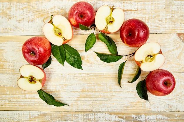 Frische ganze und geschnittene rote reife äpfel