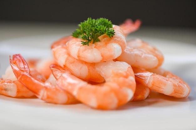 Frische garnelen auf teller serviert - gekochte geschälte garnelengarnelen, gekocht im fischrestaurant