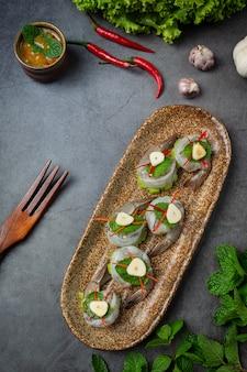 Frische garnelen in fischsauce, thailändisches essen getränkt.