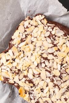 Frische gebackene selbst gemachte organische fudgeschokoladenkuchen auf schwarzem schieferstein mit kopienraum