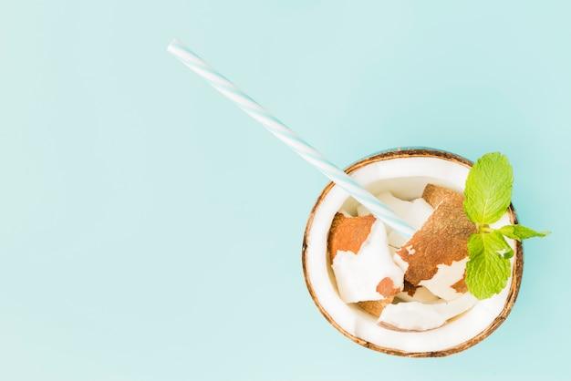 Frische gebrochene kokosnussmasse mit stroh