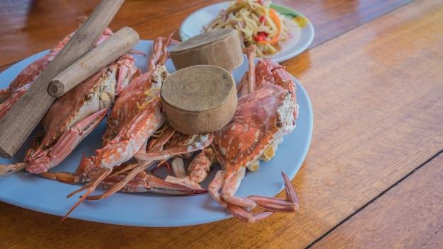 Frische gedämpfte krabbe diente im meeresfrüchterestaurant bei mae rumphueng beach, rayong, thailand