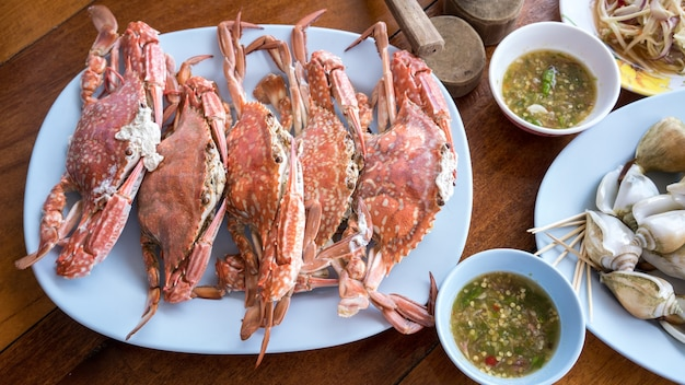 Frische gedämpfte krabbe und würzige meeresfrüchtesoße dienten im meeresfrüchterestaurant rayong, thailand