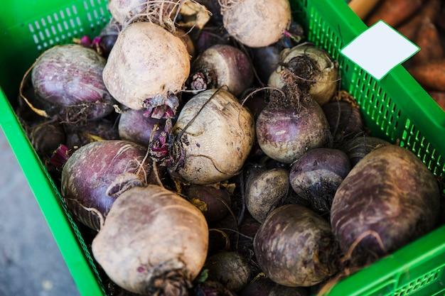 Frische geerntete rote-bete-wurzeln in der kiste für verkauf auf dem markt