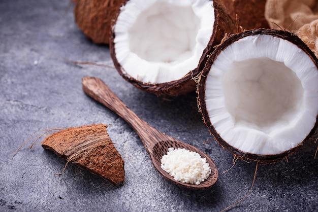 Frische gehackte kokosnuss und rasieren
