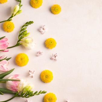 Frische gelbe blütenknospen und wunderbare blüten auf grünen stielen