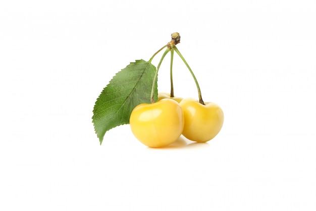 Frische gelbe kirsche lokalisiert auf weißem raum