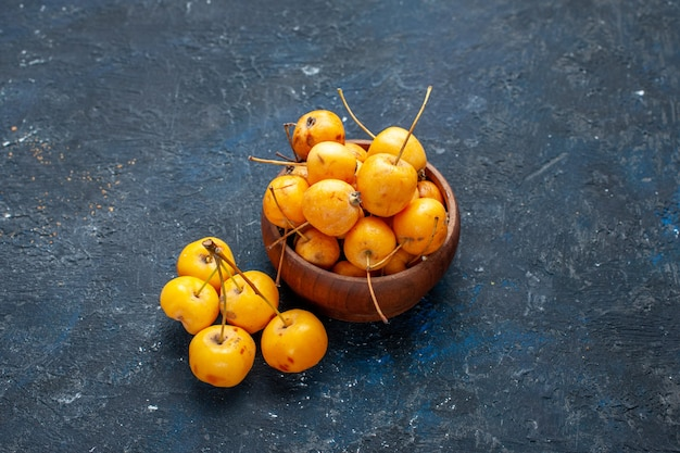 Frische gelbe kirschen reife und süße früchte auf dunkelgrauer, fruchtfrischer, milder süßkirsche