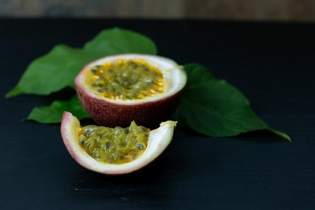 Frische gelbe passionsfrucht halbieren
