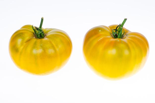 Frische gelbe tomaten isoliert auf weißem hintergrund. studiofoto.