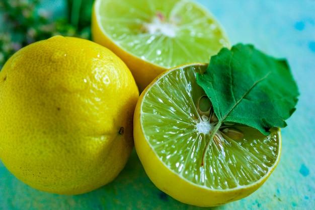 Frische gelbe und grüne zitrone auf blauem hintergrund