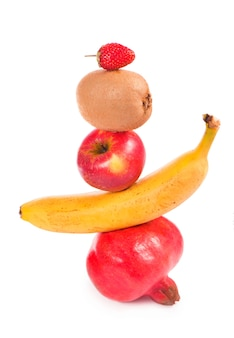 Frische gemischte früchte fallen auf weißen hintergrund. lebensmittelkonzept