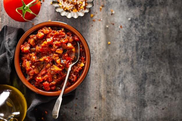 Frische geschmackvolle tomatensauce auf grauer tabelle