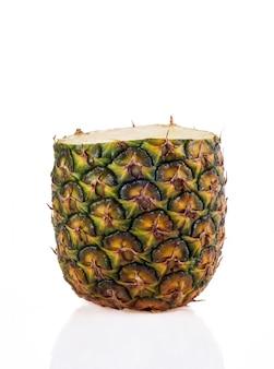 Frische geschnittene ananas auf weiß