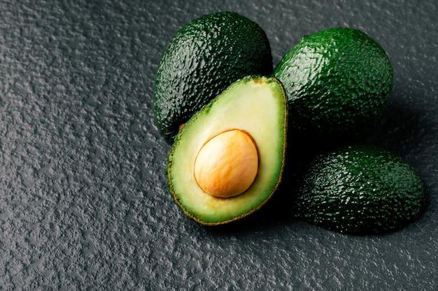 Frische geschnittene avocado auf holztisch. vegetarisches essen-konzept.