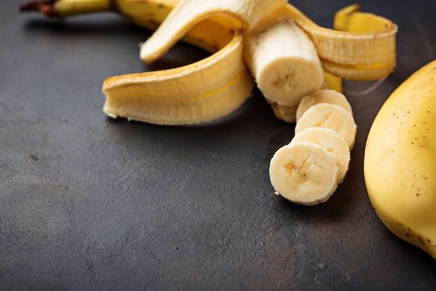 Frische geschnittene banane auf dunklem hintergrund