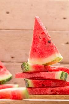 Frische geschnittene wassermelone auf holztisch