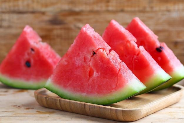 Frische geschnittene wassermelone auf holzuntergrund
