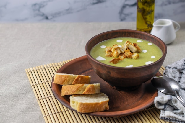 Frische gesunde cremesuppe mit spinat, sahne und croutons