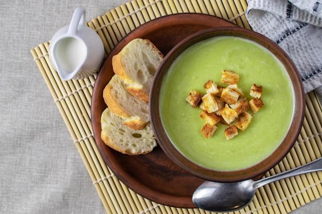 Frische gesunde sahnesuppe mit spinat, sahne und croutons