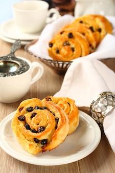 Frische glutenfreie süße strudelbrötchen mit rosinen zum frühstück