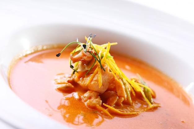 Frische gourmet-suppe mit fleisch