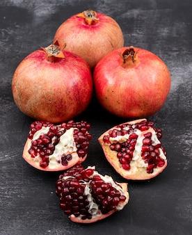 Frische granatäpfel auf dunkler tabelle