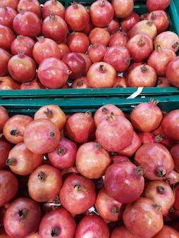 Frische granatapfelfrucht für verkauf auf dem markt. weicher fokus.