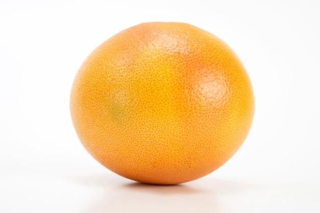 Frische grapefruit auf weißem tisch