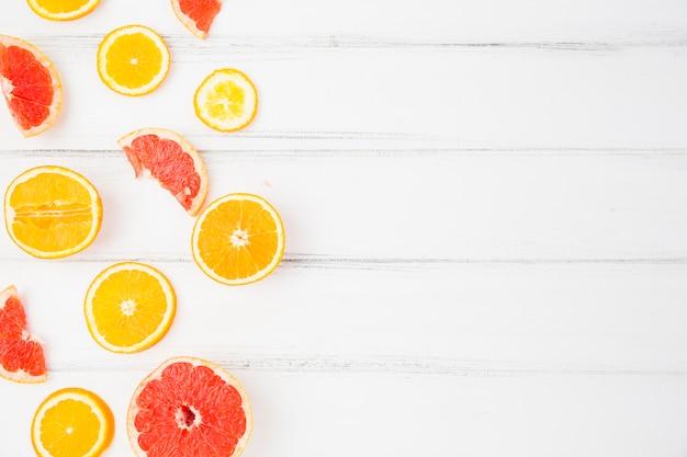 Frische grapefruits und orangen