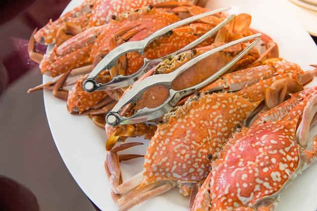Frische grillkrabbe mit meeresfrüchtesauce auf gericht im thailändischen stil bereit, in teller zu dienen