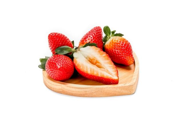Frische große rote erdbeere, lokalisiert auf weißem raum.
