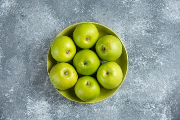 Frische grüne äpfel auf einem grünen teller