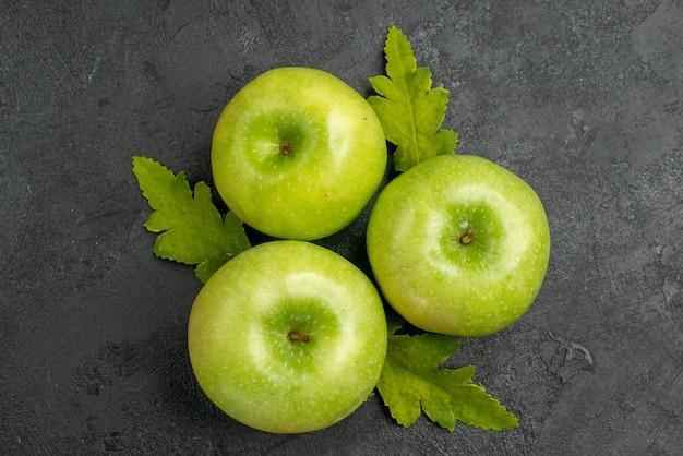 Frische grüne äpfel der draufsicht auf dem grauen hintergrund