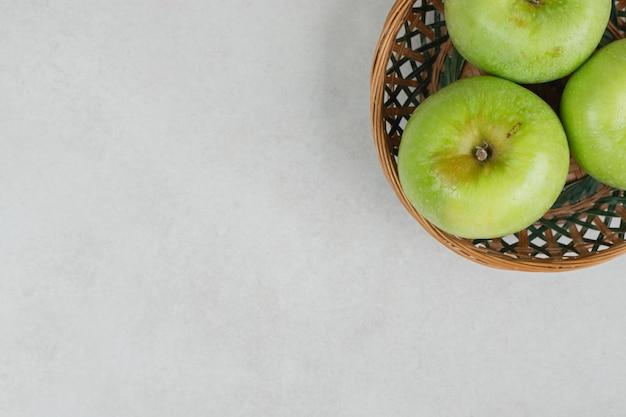 Frische grüne äpfel im holzkorb