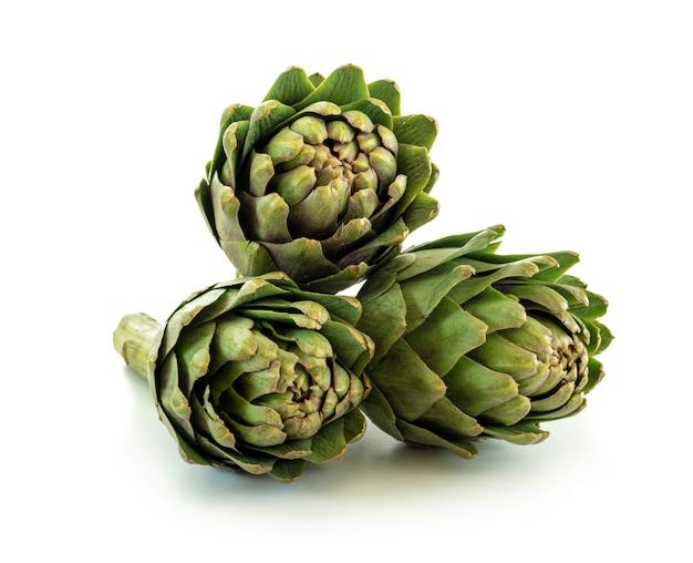 Frische grüne artischocken-früchte isoliert